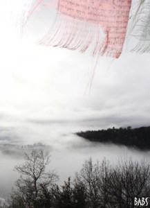 Drapeaux de prières tibetains,arbres et nuages