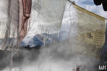 Drapeaux de prières tibetains et nuages