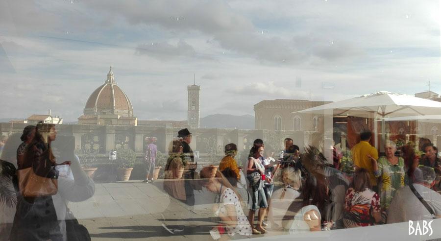 Reflets dans une vitre à Florence en Toscane