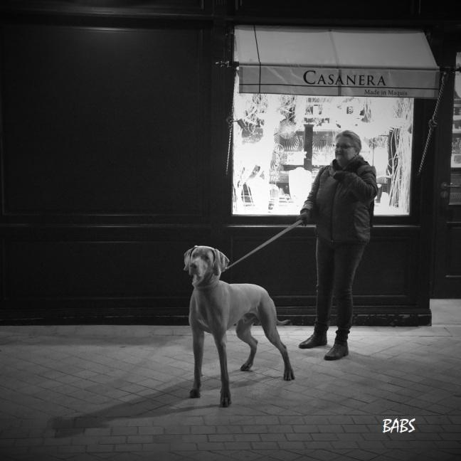 photo noir et blanc d'un chien et de sa maitresse