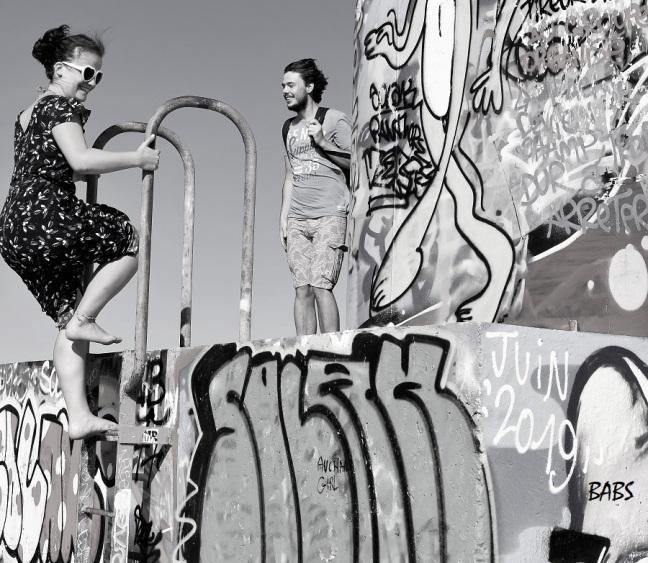 photo noir et blanc d'un couple sur un phare taguée